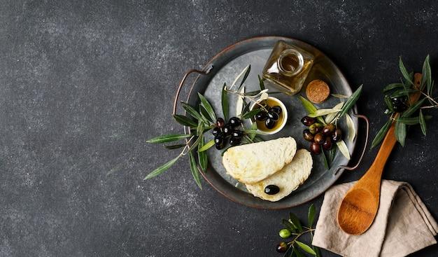 Свежие черные и зеленые оливки и оливковое масло