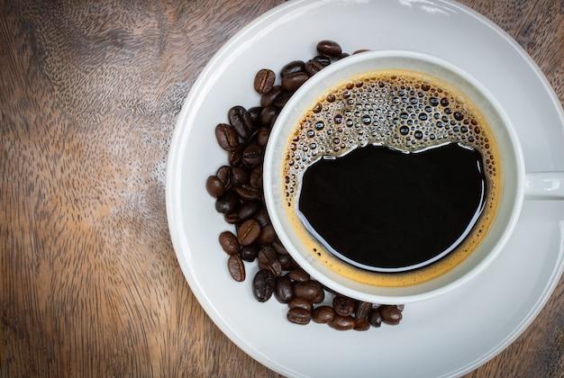 나무 테이블에 신선한 블랙 커피 평면도