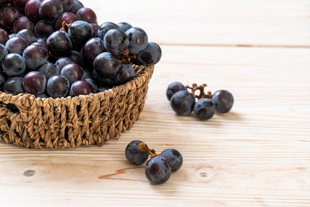 木の表面に新鮮な黒ブドウ