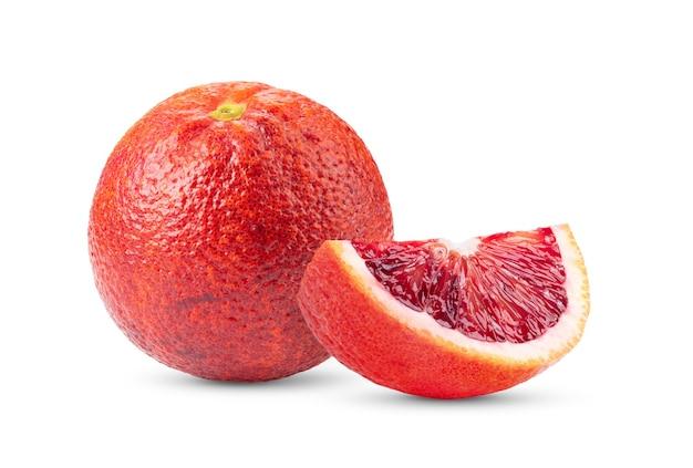 白で隔離される新鮮なブラッドオレンジ