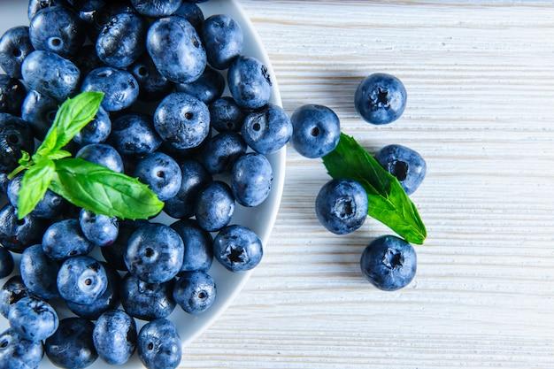 흰색 배경에 현지 시장에서 신선한 bluberries입니다.