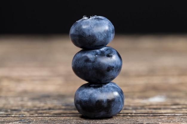 新鮮なブルーベリーは球形のブルーベリーで、収穫された野生のブルーベリーの調理に使用できます