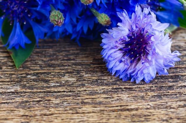 나무 테이블에 신선한 블루 cornflowers