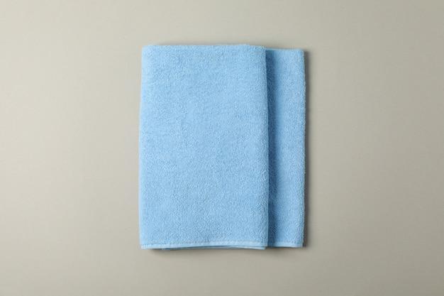 グレー、トップビューに新鮮な青いタオル