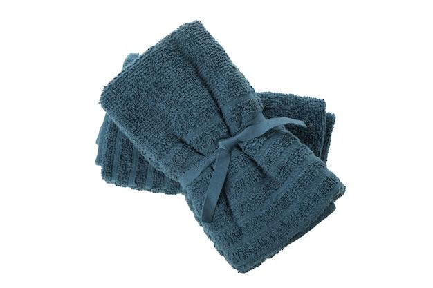 白い背景で隔離の新鮮な青いタオル