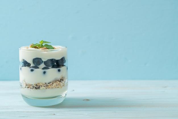 Свежая черника и йогурт с мюсли - стиль здорового питания