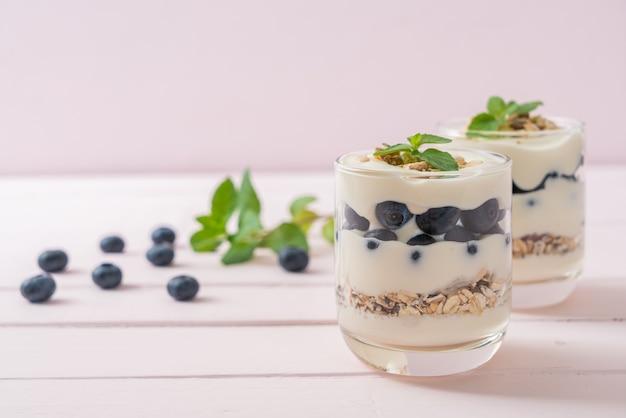 新鮮なブルーベリーとグラノーラ入りヨーグルト-健康的な食生活