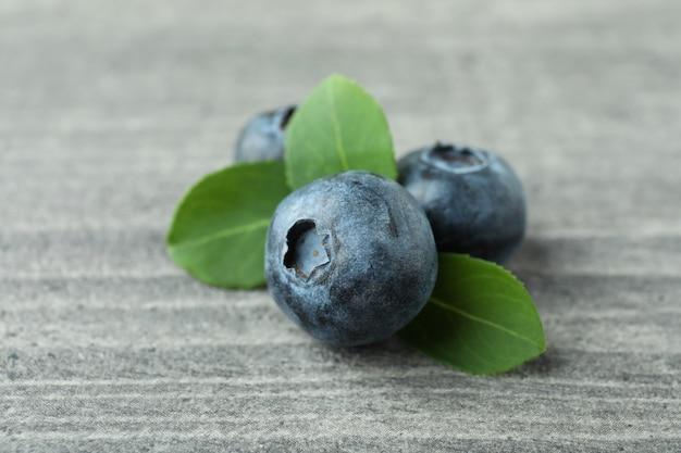 회색에 잎을 가진 신선한 블루 베리
