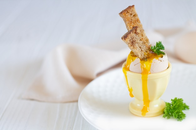 白い背景の上のトーストと新鮮なゆで卵 Premium写真