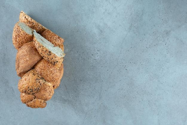 Свежее плетеное тесто на мраморе.
