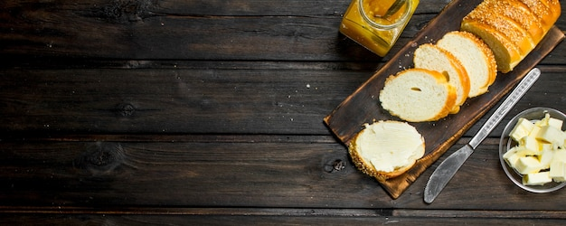 나무 테이블에 신선한 빵과 버터.