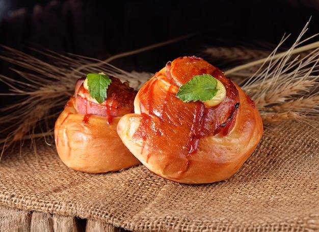 木製の焼きたてのパンと小麦(パン、パン屋)