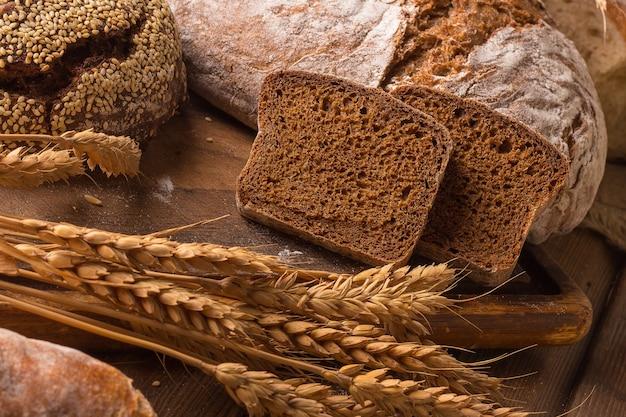 木製の焼きたてのパンと小麦