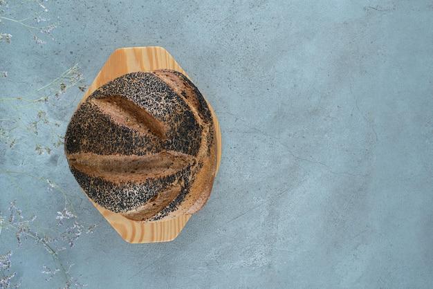 나무 접시에 신선한 빵 롤빵입니다.