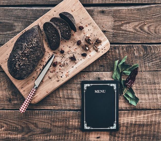 Свежий хлеб. свежеиспеченный хлеб и закрытое меню под высоким углом