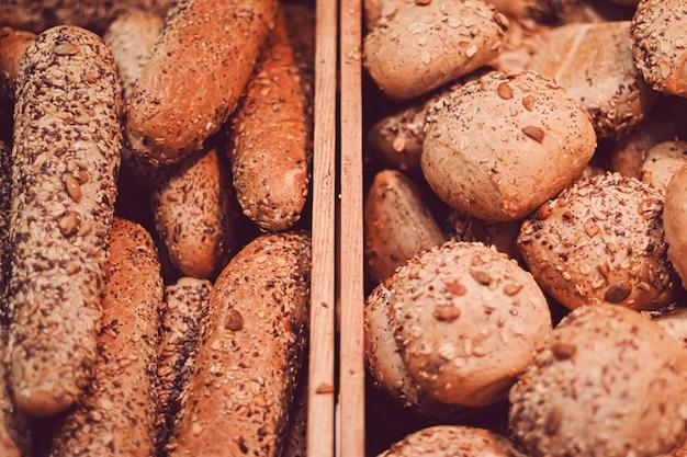 Свежий хлеб в хлебобулочных, натуральных продуктах и безглютеновой выпечке крупным планом