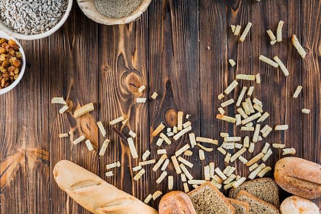 나무 테이블에 재료로 신선한 빵 덩어리