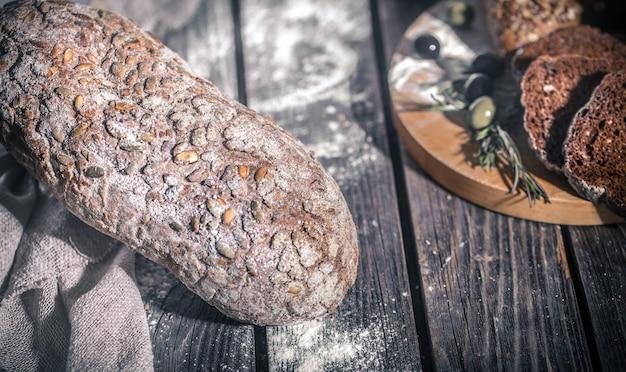 美しい木製の背景に焼きたてのパン
