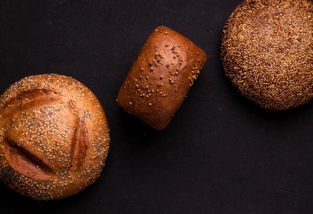Свежий хлеб на черном столе. копировать пространство