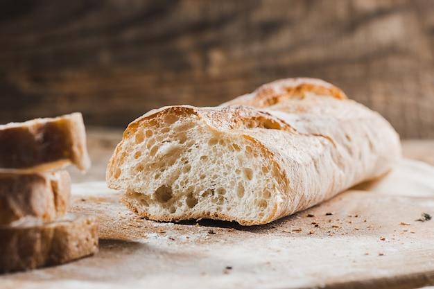 テーブルのクローズアップに焼きたてのパン