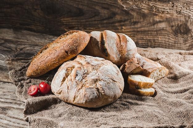 Свежий хлеб на столе крупным планом