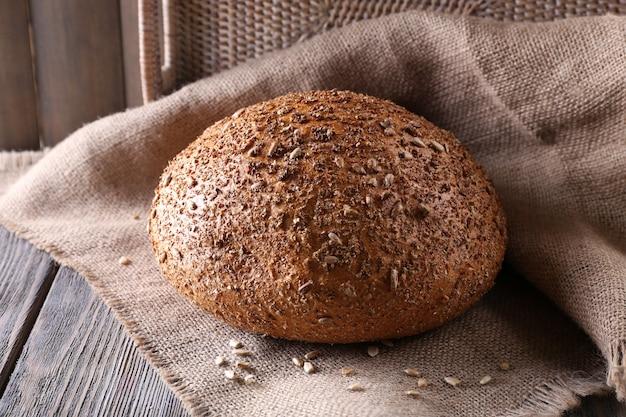 나무 테이블에 신선한 빵을 닫습니다.