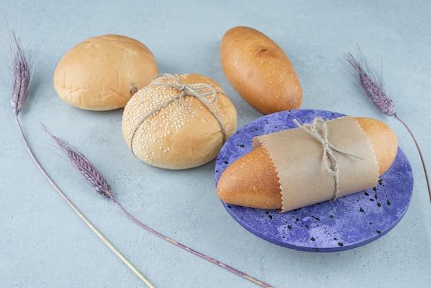 Panini e focacce fresche sulla superficie di pietra
