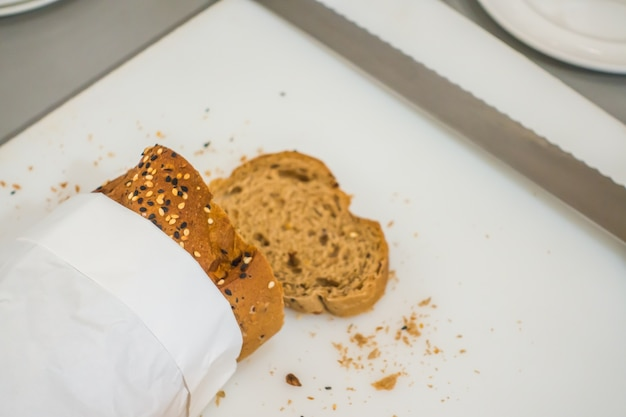 Fetta di pane fresco e il taglio coltello sul tavolo in buffet.