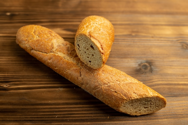 Свежий хлеб нарезанный на деревянной деревенской поверхности