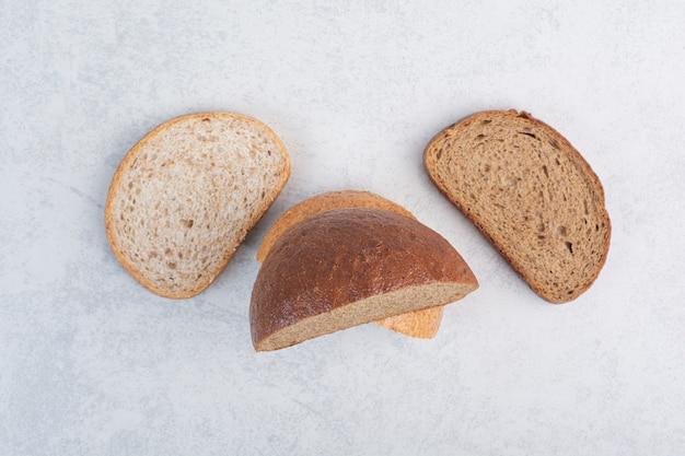 Ломтики свежего хлеба на каменной поверхности