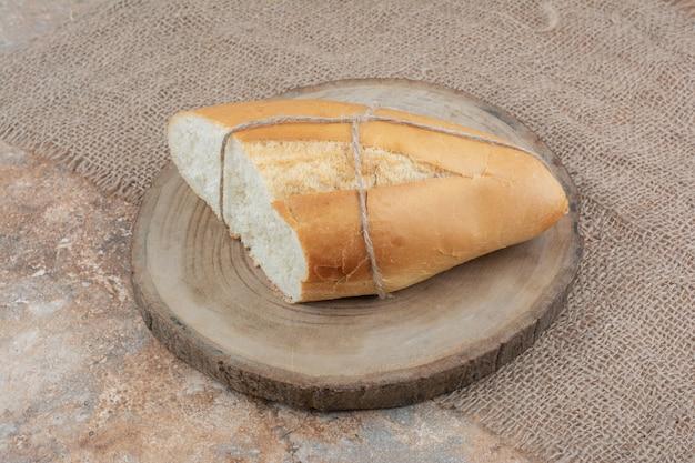 Pane fresco legato con una corda sul bordo di legno