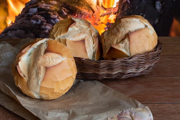 焦点がぼけた火の焼きたてのパン