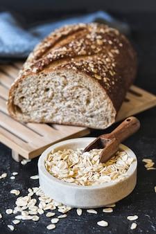 귀리 플레이크와 신선한 빵