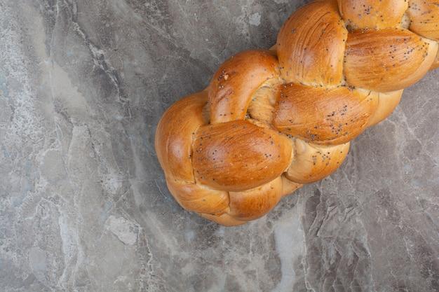 대리석 바탕에 양 귀 비 씨와 신선한 빵