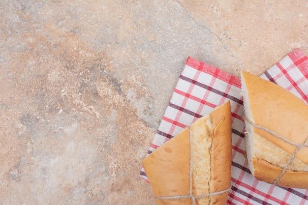 Pane fresco con tovaglia su sfondo marmo