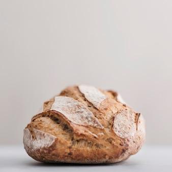 白い背景と焼きたてのパン