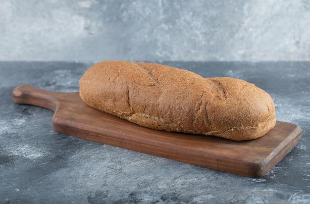 Pane fresco su tavola di legno. vista laterale. foto di alta qualità