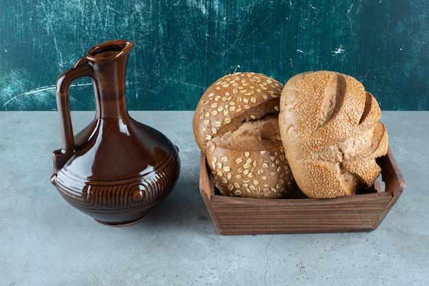 Pane fresco in cassetta di legno con bottiglia classica.