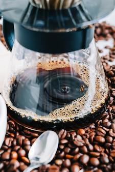 別の方法を使用してカップに淹れたてのコーヒーを入れ、ドリッパーとペーパーフィルターに注ぎます。