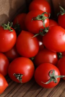 Свежие яркие и сочные помидоры на кухонном столе