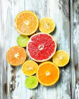 フレッシュで明るい柑橘類。白い木製のテーブルの上