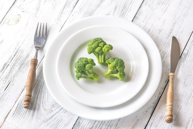 Свежая брокколи на белой тарелке