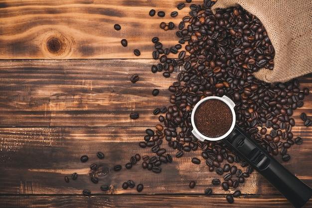 나무 테이블에 신선한 갈색 커피 콩입니다.