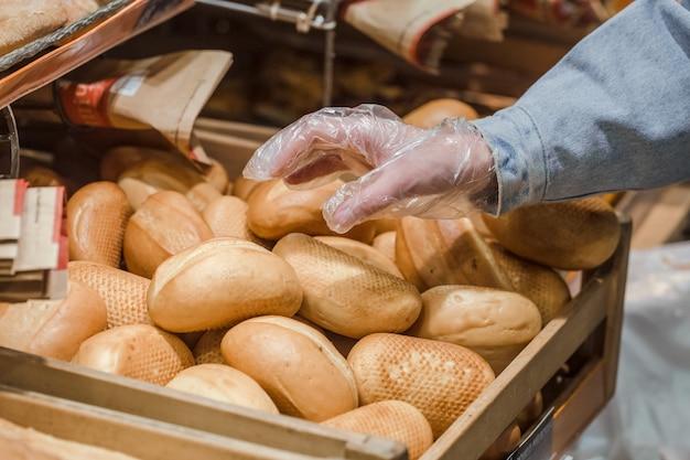 店内のカウンターにある焼きたてのパン