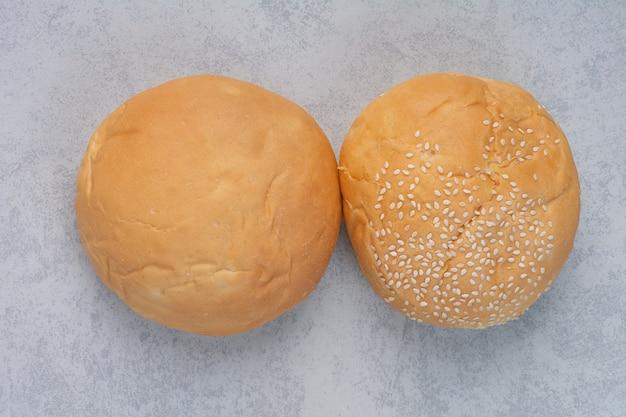 돌 표면에 참깨와 신선한 빵