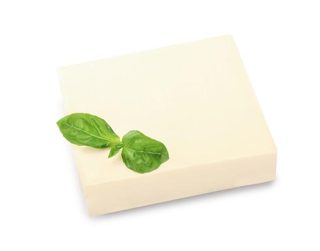 白で分離された新鮮なバターブロック