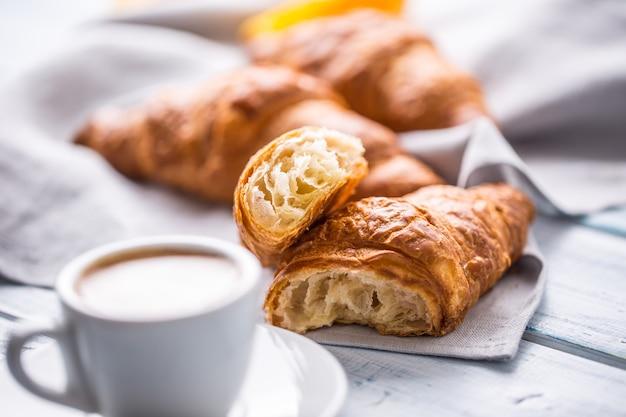 커피와 함께 신선한 버터 크로와상입니다. 달콤한 아침 조식 컨셉입니다.