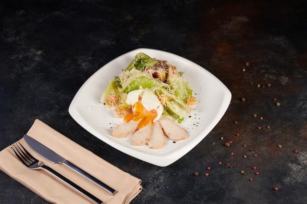 パルメザンチーズとプレートの新鮮なシーザーサラダ