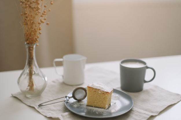 Кувшин свежего торта и чашка кофе