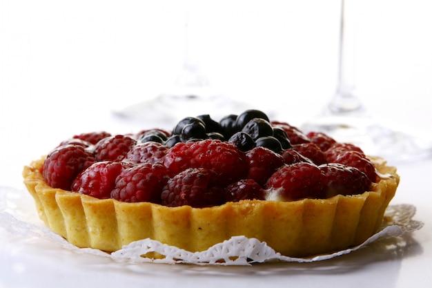 ブルーベリーとラズベリーの新鮮なケーキ